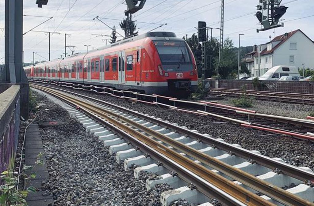 Erst wenn der Schotter unter den neuen Betonschwellen besser gepresst ist, gibt es weniger Lärm, wenn Züge auf dem Gleis an der Schwarzbachstraße vorbeifahren. Foto: Götz Schultheiss