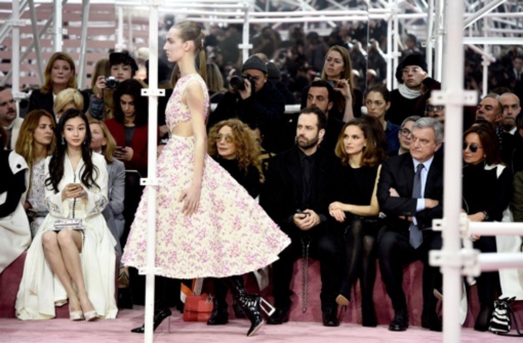 Die Haute Couture von Dior zog auch Hollywoodstar Natalie Portman (dritte von links) nach Paris. Zusammen mit ihrem Mann Benjamin Millepied, Marisa Berenson, Sidney Toledano und Katia Toledano (von links) saß die Schauspielerin in der ersten Reihe. Foto: Getty Images Europe