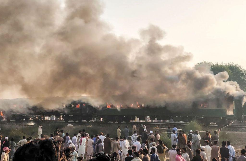 Mindestens 70 Menschen starben bei dem Unglück in Pakistan. Foto: AFP/HANDOUT