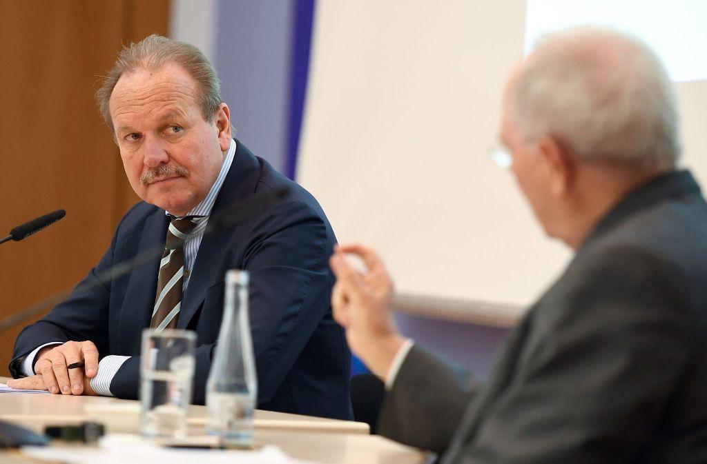 Auf einem steuerpolitischen Kongress kommen Verdi-Chef Frank Bsirske (re.) und Finanzminister Wolfgang Schäuble zum Schluss, dass sie in vielen Punkten auseinander liegen. Foto: dpa-Zentralbild