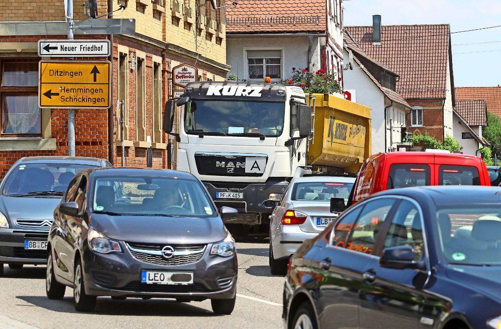In der Höfinger Ortsmitte (Ditzinger Straße) kommt es regelmäßig zum Verkehrschaos. Foto: factum/Granville