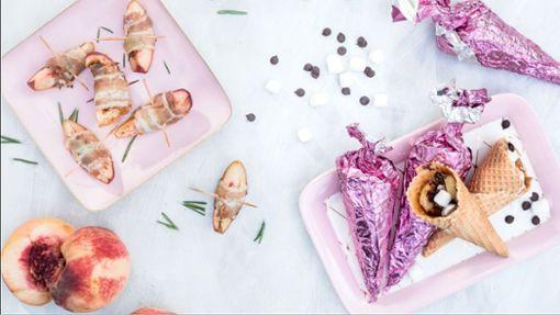 Gegrillte Eiswaffeln und Pfirsich im Bacon-Mantel