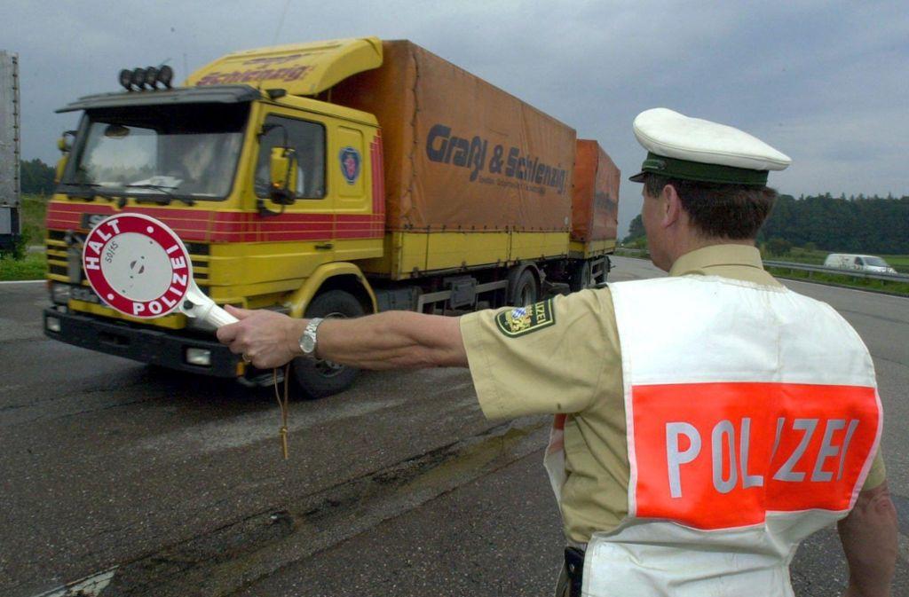 Insgesamt 17 Lastwagen hat die Polizei bei der Kontrolle untersucht. Foto: dpa//Peter_Kneffel