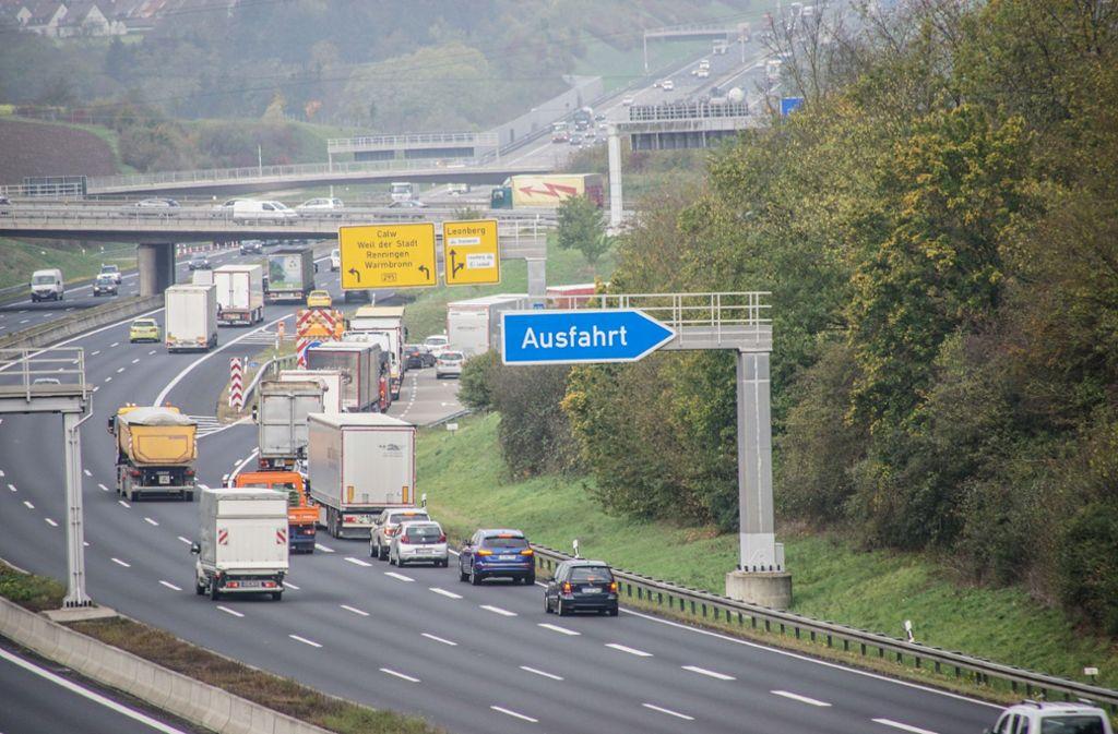 Auf der A8 hat ein Lkw jede Menge Diesel verloren. Die Polizei musste die Autobahn bei Karlsruhe und die B295 bei Leonberg sperren. Foto: SDMG/Dettenmeyer