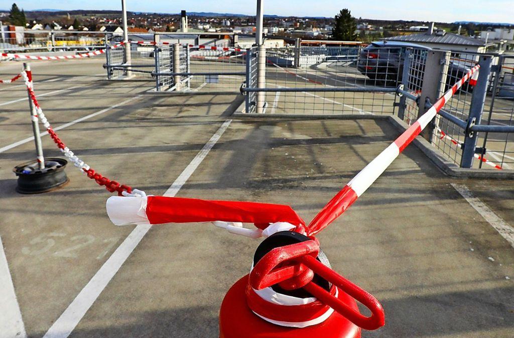 Absperrbänder kennzeichnen den Bereich, auf dem nicht geparkt werden kann. Foto: Thomas Krämer