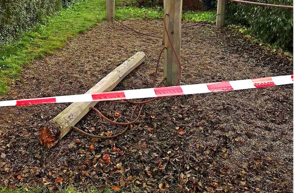 Dieser morsche Holzbalken stürzte um und traf  die beiden spielenden Buben. Foto: privat/Archiv