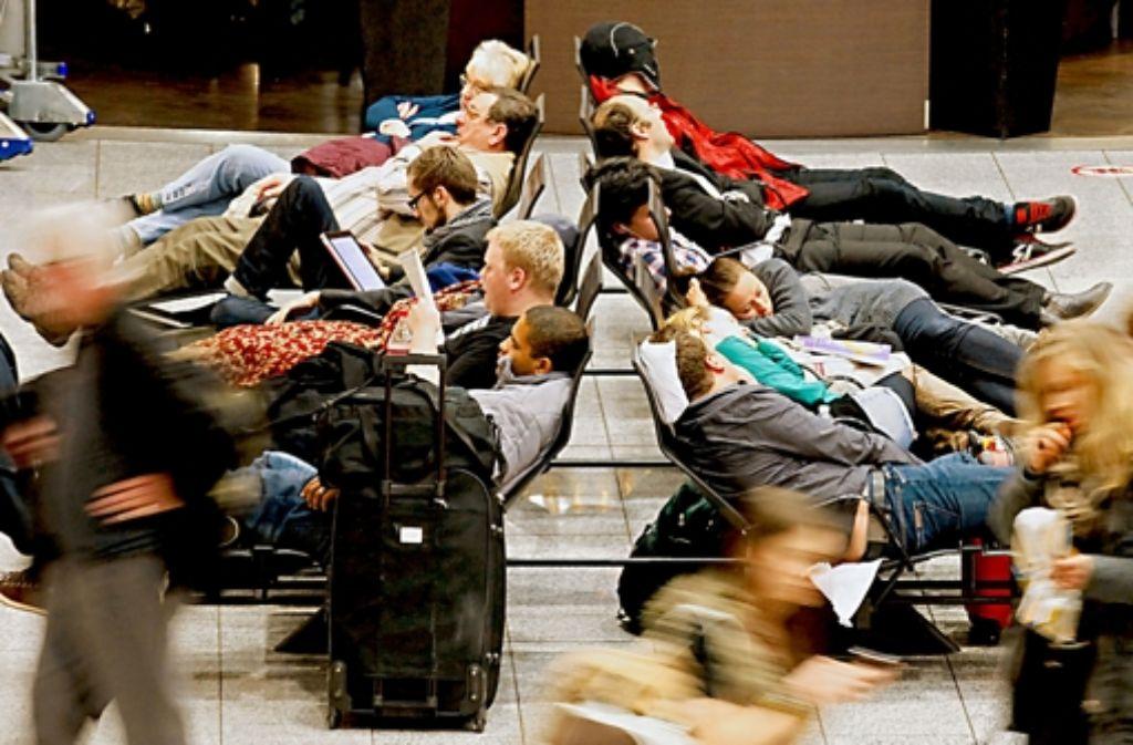 Hunderte von Reisenden müssen stundenlang warten oder umbuchen. Foto: dapd