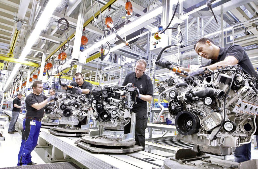 Daimler-Mitarbeiter montieren Benzin-Motoren im Werk Untertürkheim. Foto: dpa