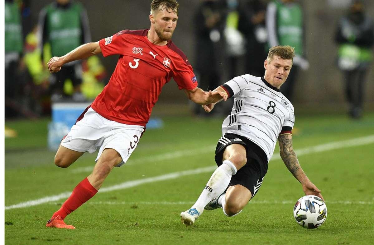Toni Kroos musst in seinem 100. Länderspiel mit dem DFB-Team gegen die Schweiz ordentlich kämpfen. Foto: AP/Martin Meissner