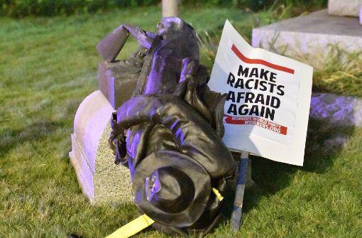 US-Demonstranten stürzen Statue