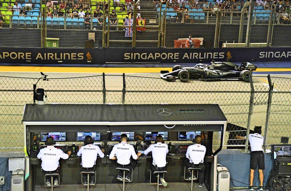 Die Männer von Mercedes-Kommandostand haben Lewis Hamilton zu spät an die Box beordert und so einen möglichen Sieg verschenkt. Foto: AFP/MLADEN ANTONOV