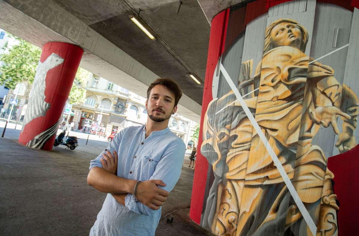 Künstlern Roman de Laporte alias Jack Lack vor einem der Bilder Foto: Leif Piechowski/Leif Piechowski
