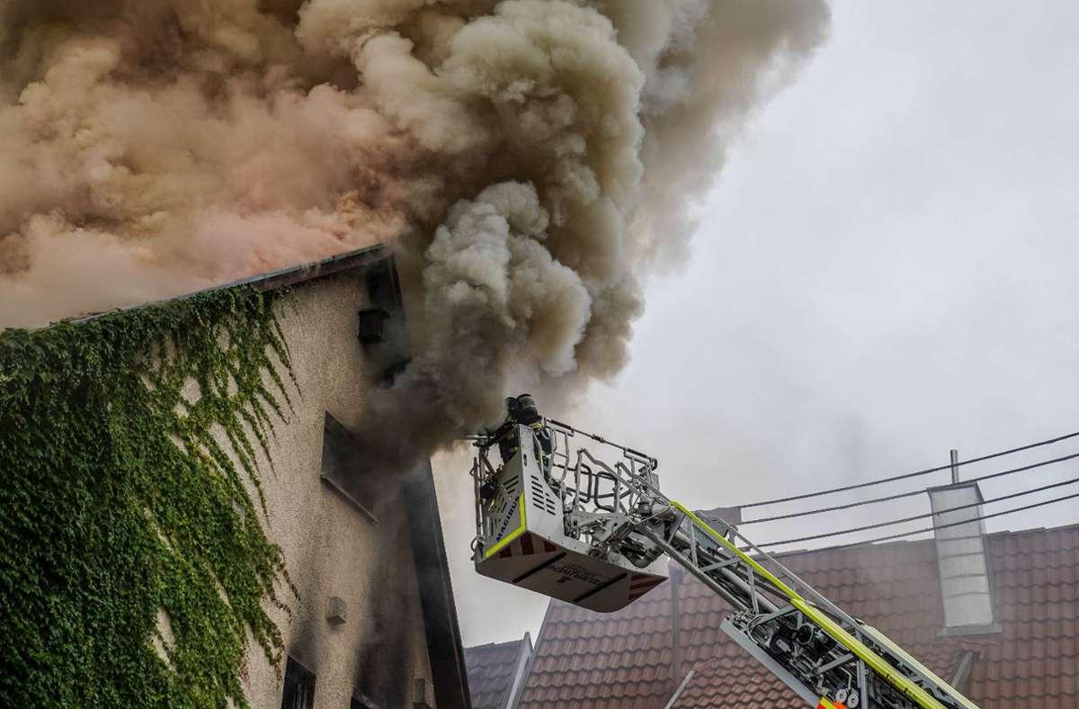 Ein Feuerwehrmann ist bei dem Brand in Kirchheim unter Teck verletzt worden. Foto: SDMG/Kohls