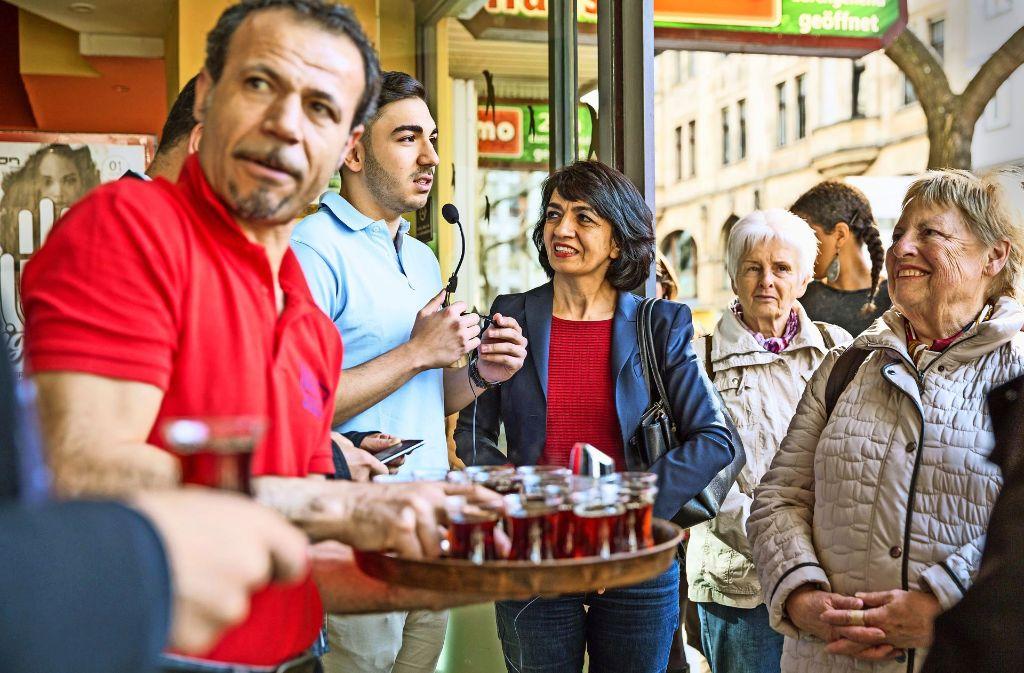 Teestunde: Muhterem Aras    im Gespräch mit Tayfun Siringül (Mitte) Foto: Lichtgut/Julian Rettig