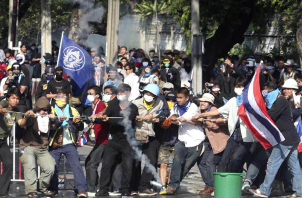 Der Protest gegen die thailändische Regierung ist am Wochenende eskaliert. Vier Menschen kamen bei den Krawallen ums Leben. Foto: dpa