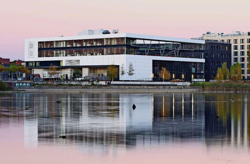 Das Bodenseeforum ist Endpunkt der neuen Uferpromenade, die von der alten zur neuen Rheinbrücke verläuft. Foto: Wolfgang Scheide