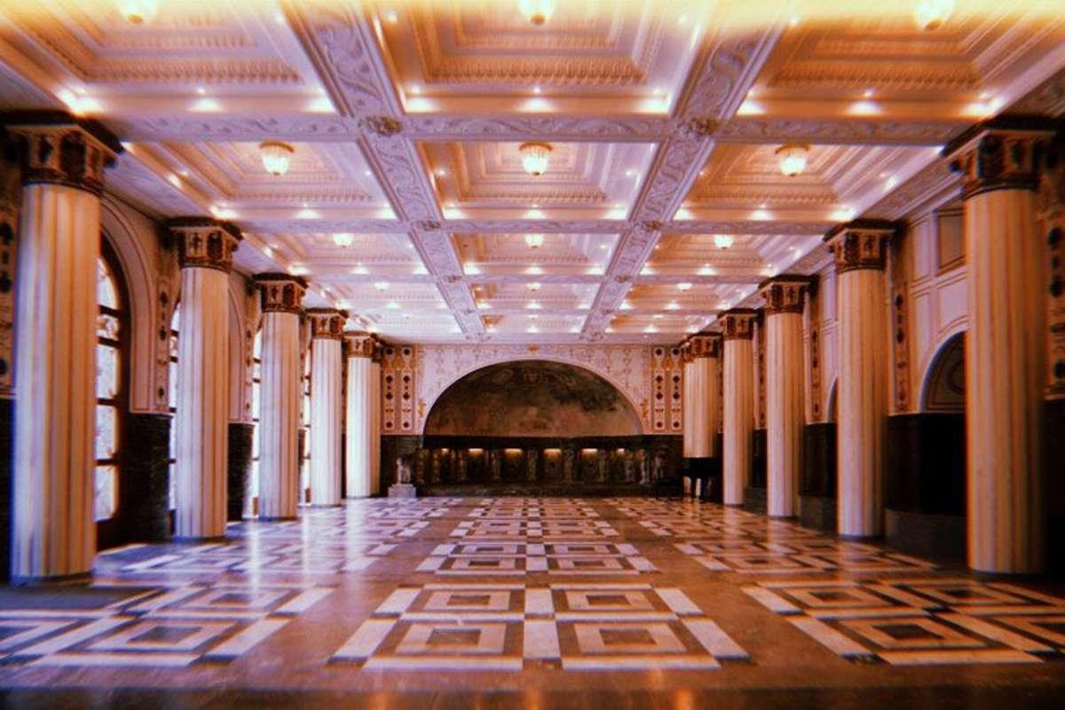 Der Marmorsaal wurde direkt aus einem Wes Anderson-Film in den Weißenburgpark gebeamt – könnte man zumindest meinen! Foto: Tanja Simoncev