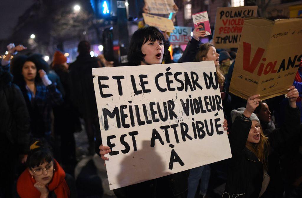 Protest in Paris gegen die Verleihung des Filmpreises César an Roman Polanski. Foto: AFP/LUCAS BARIOULET
