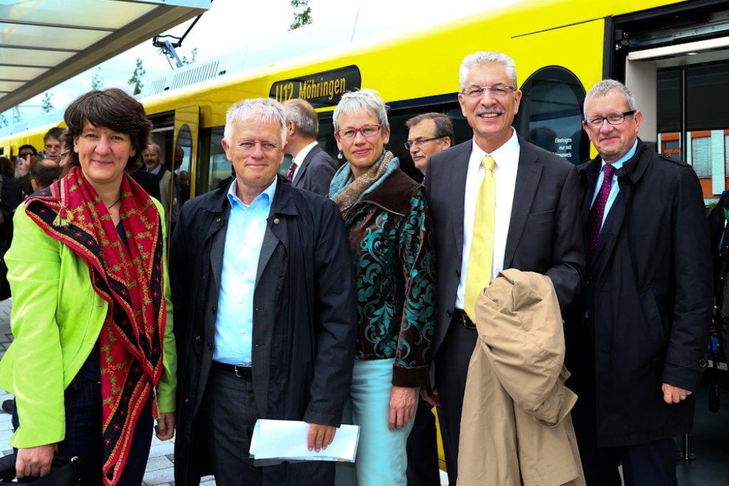 Auf der Jungfernfahrt der U12 zum Hallschlag war auch Stuttgarts Oberbürgermeister Fritz Kuhn (zweiter von links) mit von der Partie. Foto: Benjamin Beytekin