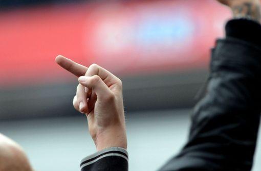 Hooligans stürmen Spielfeld und greifen Bayern-Fans in Piräus an