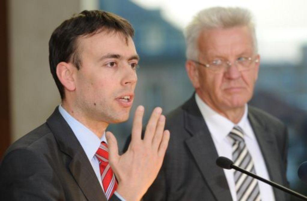Wirtschafts- und Finanzminister Nils Schmid (SPD, links) und Ministerpräsident Winfried Kretschmann streben die Netto-Null im Landeshaushalt 2012 an. Foto: dpa