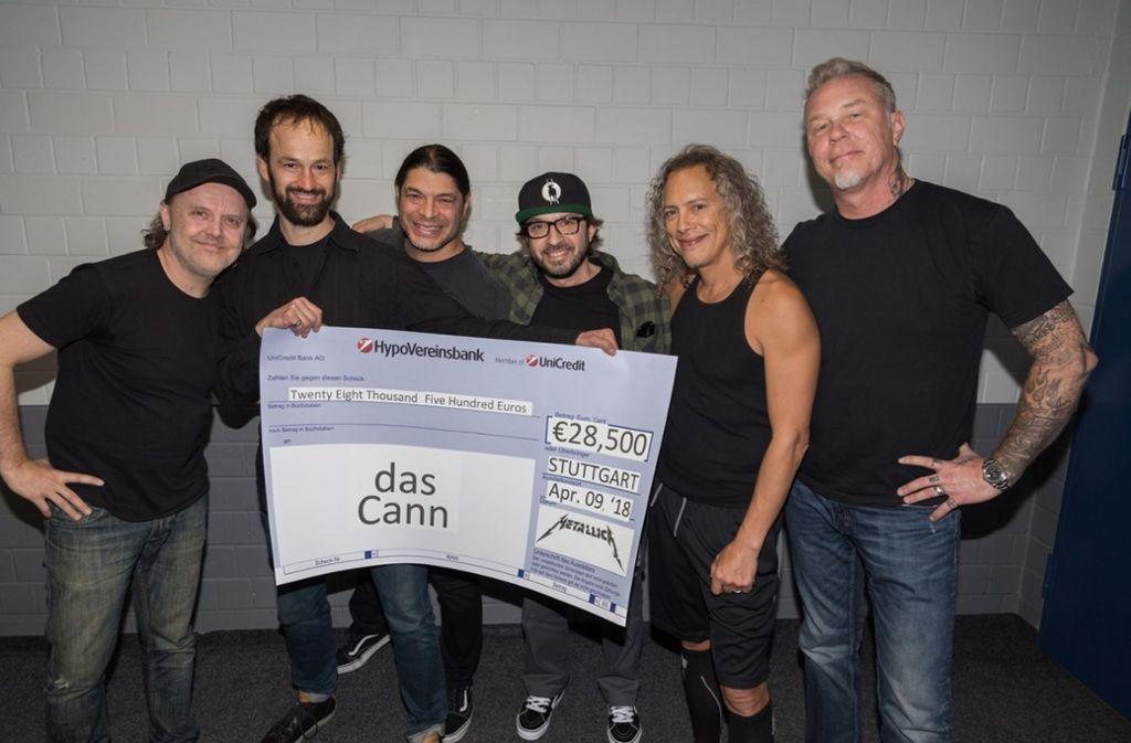 """Die Band Metallica hat dem Jugendhaus """"dasCann"""" aus Bad Cannstatt vor dem Konzert in Stuttgart einen Scheck mit einer Spende im fünfstelligen Bereich überreicht. Foto: Ross Halfin"""