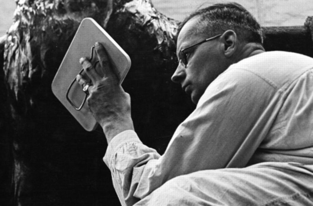 Fritz von Graevenitz war auf einem Auge blind. Um dieses Handicap auszugleichen, verwendete er bei der Arbeit einen Spiegel. Foto: Stiftung Fritz von Graevenitz