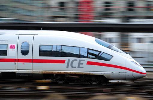 Männer klettern auf Bahnhof-Gleise – Zugverkehr unterbrochen