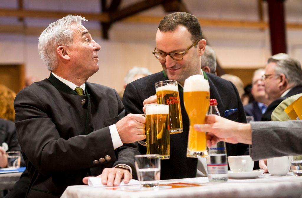 Thomas Strobl und Jens Spahn stoßen beim politischen Aschermittwoch der CDU in Fellbach an. Foto: dpa