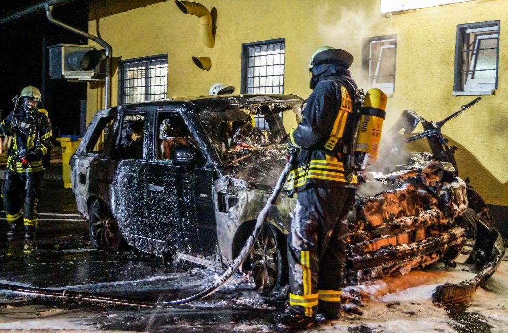 Der schwarze Range Rover brennt vollständig aus. Foto: SDMG