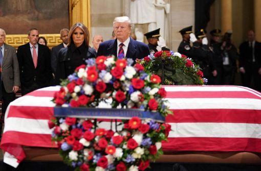 Donald Trump und seine Frau Melania erweisen Bush letzte Ehre