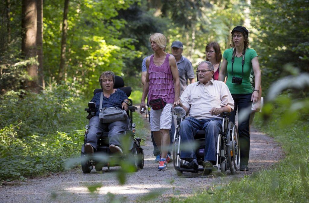 Ines Vorberg (links) und ihre Mitstreiter haben eine Wanderstrecke im Wald bei Althütte auf  ihre Tauglichkeit getestet. Foto: Frank Eppler