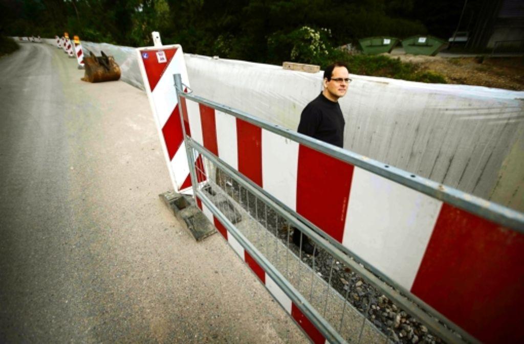 Dieter Lind und die Mauer, die sein Haus gefährden könnte. Foto: Gottfried Stoppel