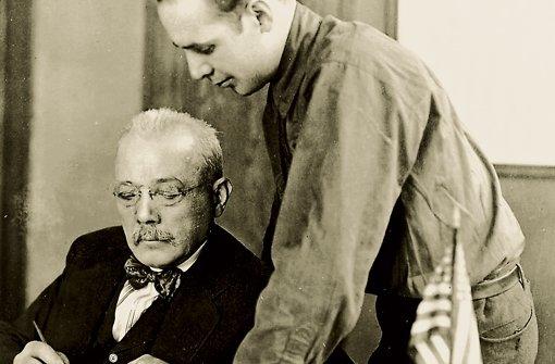 """""""Bärbeißig wie ein Bulldogge"""": Ignaz Schwinn im Kontor  mit Sohn Frank Foto:"""