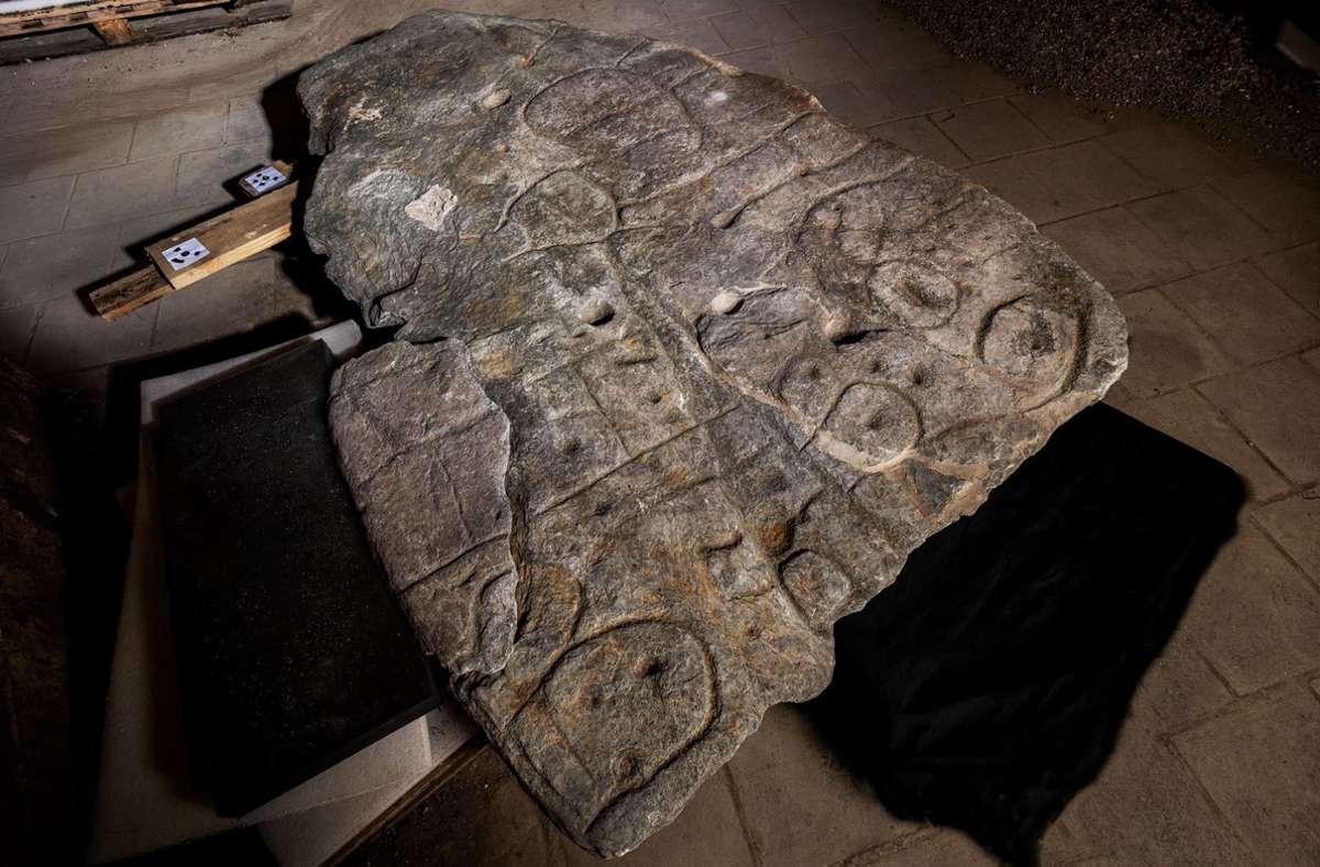 Die verschollene Steinplatte aus der Bronzezeit zeigt wahrscheinlich das Herrschaftsgebiet. Foto: dpa/Denis Gliksman