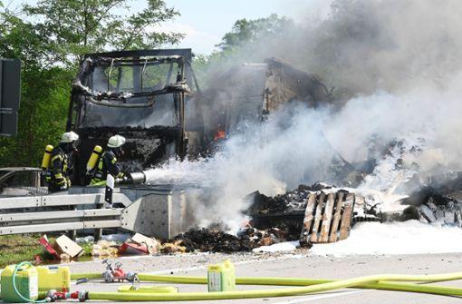 Zwei Lastwagen und ein Auto brennen komplett aus