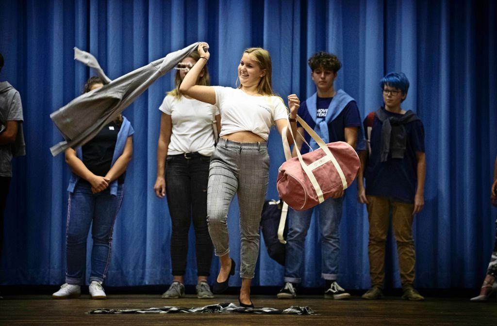 Schüler präsentieren fair gehandelte Kleidungsstücke. Foto: /Gottfried Stoppel
