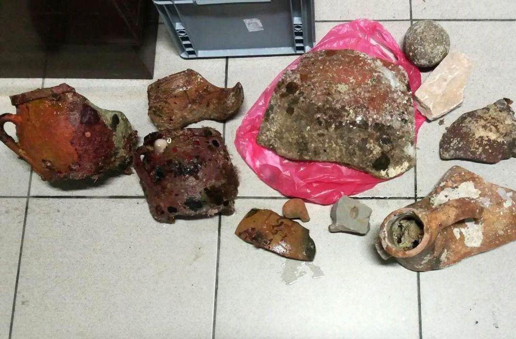 Diese Artefakte sollen die beiden Taucher geborgen haben. Foto: Hafenpolizei Chania
