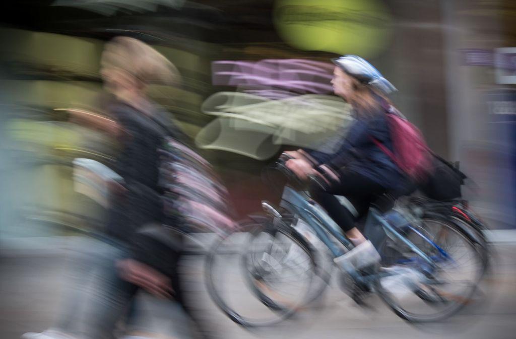 Auch auf kurzen Strecken durch die Stadt sollten Radfahrer einen Helm tragen. Foto: Lichtgut/Achim Zweygarth