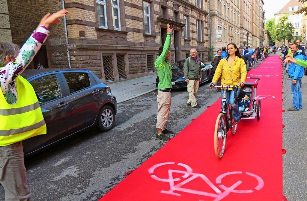 Der rote Teppich wie hier bei einer Radentscheid-Demo muss es ja nicht sein – aber attraktivere Bedingungen wünschen sich die Initiativen für  Radler durchaus. Foto: Julia Bosch
