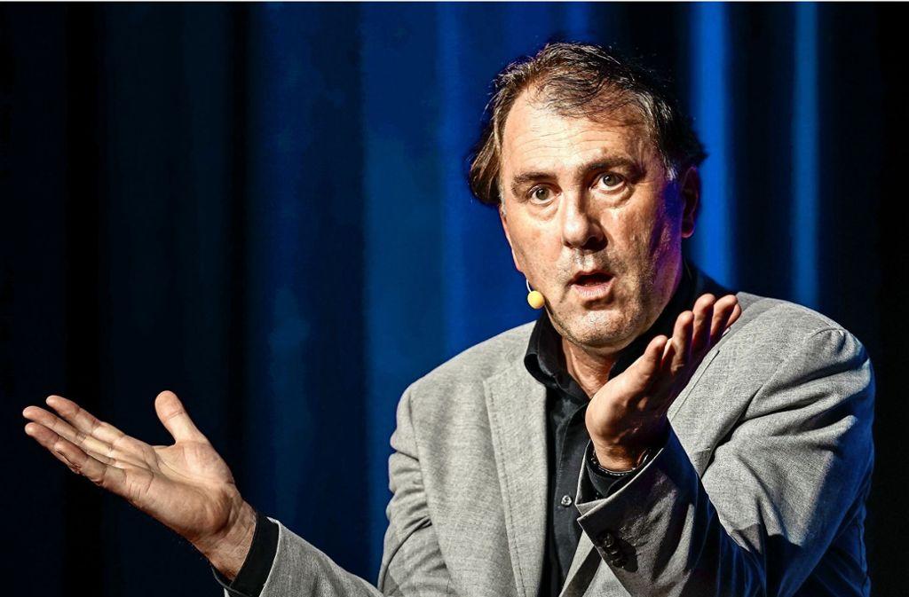 """""""Bekannt hier, die Evolution?"""" Im pietistisch geprägten Korntal fragt Kabarettist Stefan Waghubinger vorsichtshalber nach. Foto: factum/Jürgen Bach"""