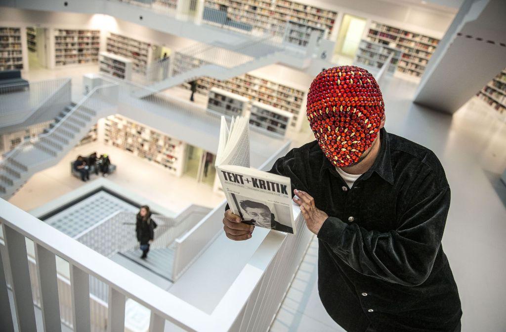 Ungewöhnliche Maskierung in der Stadtbibliothek: Rapper Bartek beim Studium der Sekundärliteratur. Foto: Lichtgut/Leif Piechowski