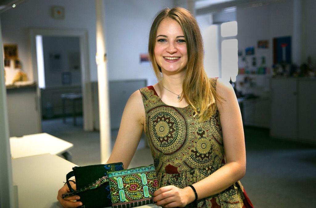 Nadja Mühlhäuser trägt ein Kleid, das bei Taste of Malawi geschneidert worden ist. Foto: Ines Rudel