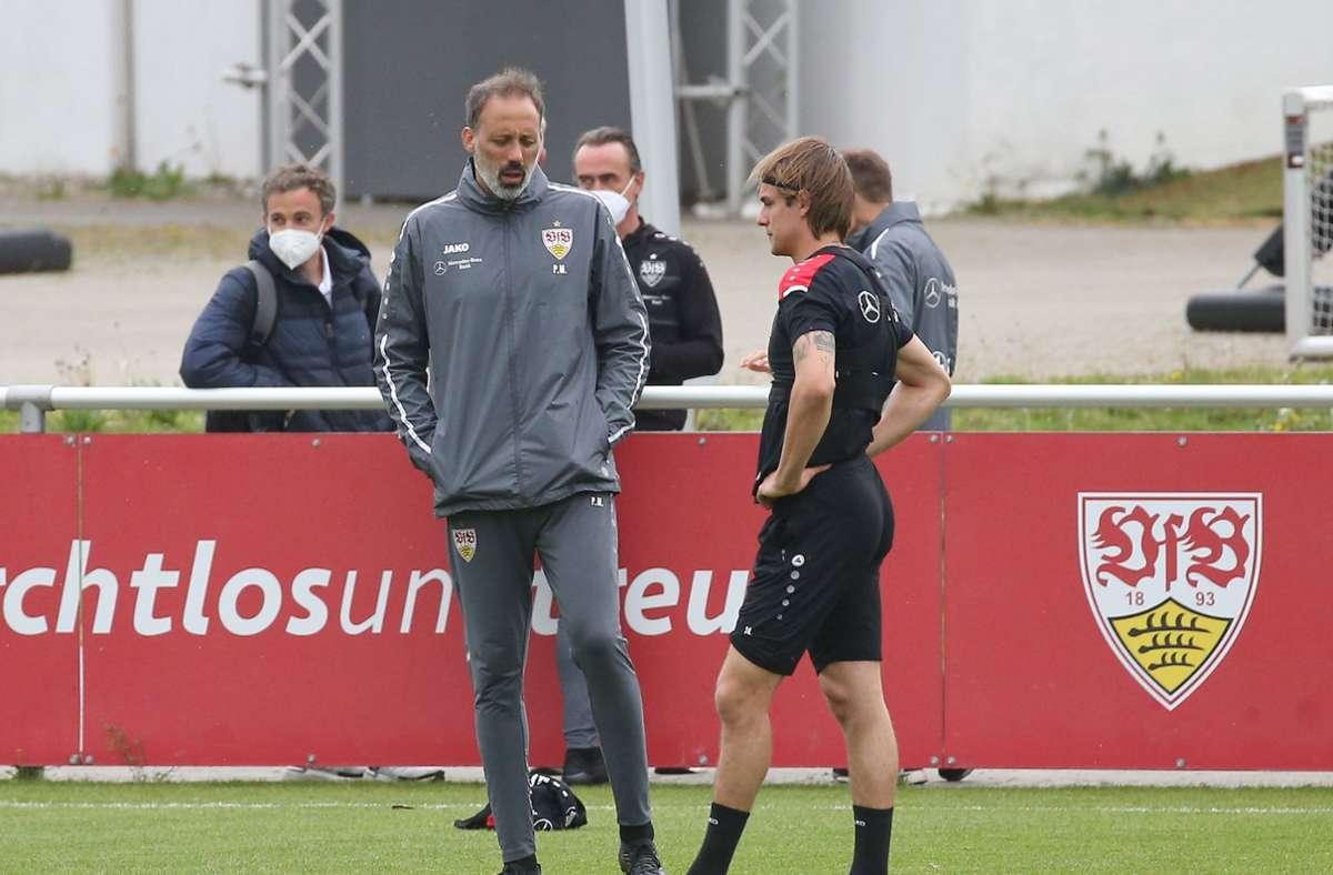 Führte intensive Einzelgespräche mit Borna Sosa (re.) – VfB-Trainer Pellegrino Matarazzo. Foto: Pressefoto Baumann