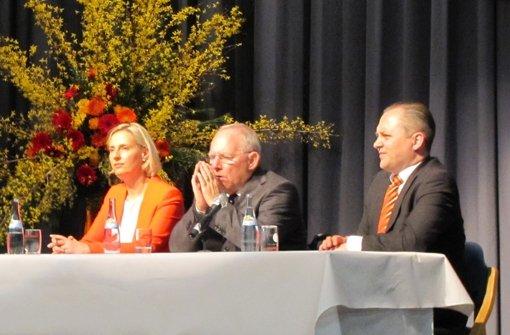 Die Landtagskandidatin Stefanie Schorn, Bundesfinanzminister Wolfgang Schäuble und Götz Bräuer, Vorsitzender der Degerlocher CDU, sitzen gemeinsam auf dem Podium im SSB-Veranstaltungszentrum. Foto: Cedric Rehman