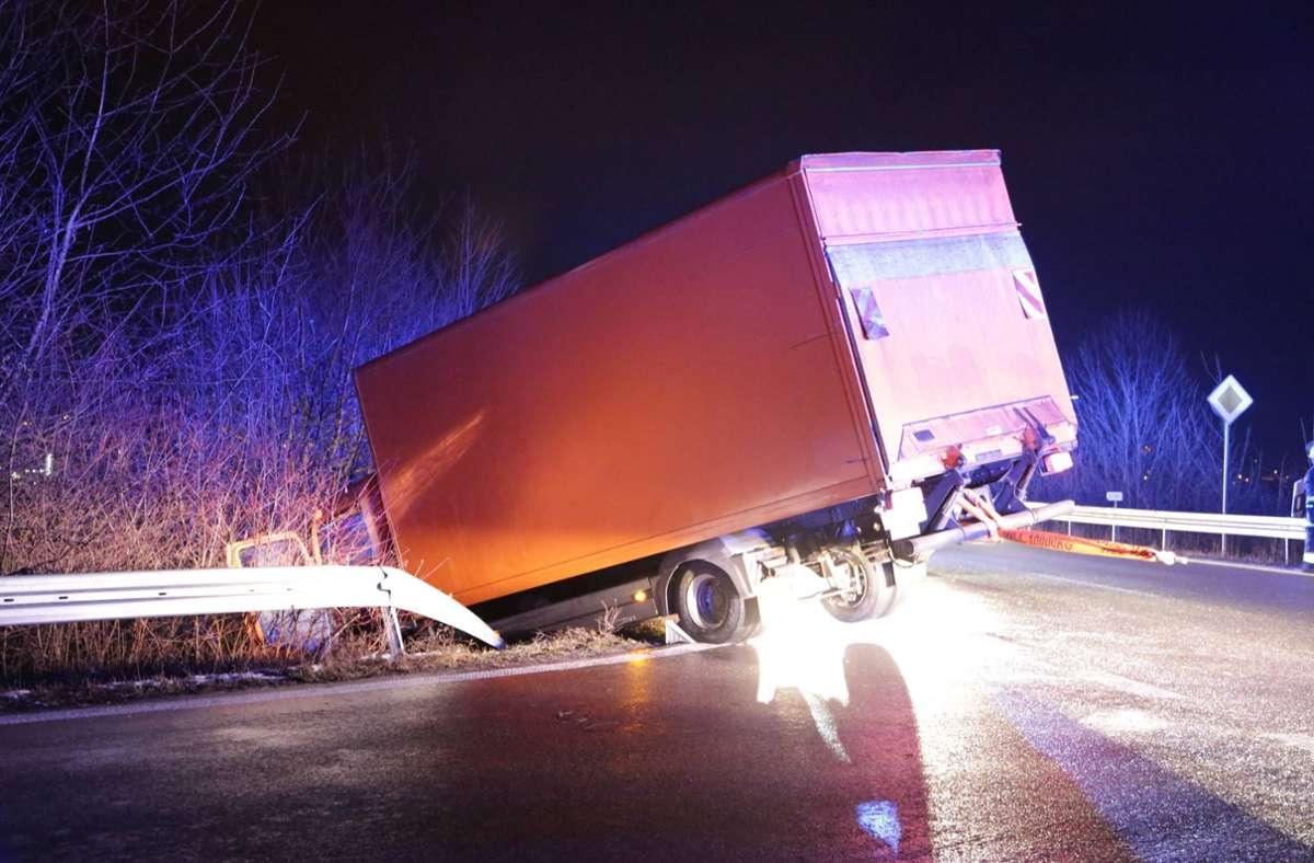 Der Lkw drohte, eine Böschung hinabzustürzen. Foto: 7aktuell.de/Bernd Fausel