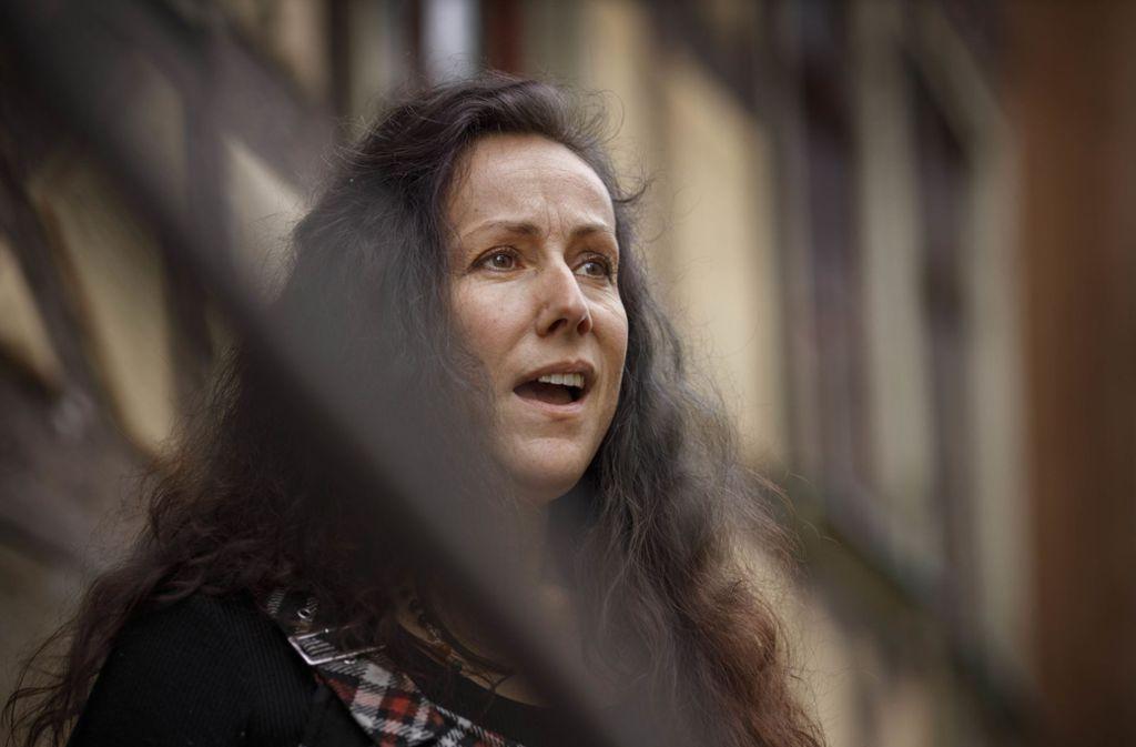 Veronika Hermann beim Test-Jodeln fürs Foto vor dem Gebäude der Volkshochschule mitten in Murrhardt. Foto: Gottfried Stoppel