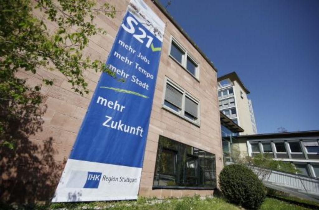 Abgehängt: Das S21-Banner am Gebäude der IHK Foto: Wagner