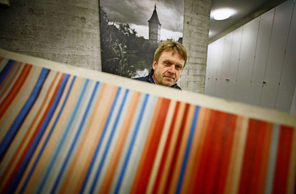 Klaus Läpple mit dem Beinsteiner Tor im Hintergrund und  der von dem Klimaforscher Ed Hawkins erstellten Strichcode-Grafik zur Erderwärmung im Vordergrund Foto: Gottfried Stoppel
