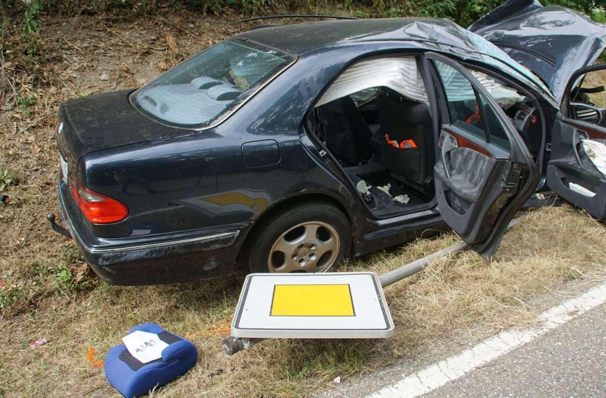 Vier Menschen sind bei einem Unfall nahe Knittlingen (Enzkreis) schwer verletzt worden   Foto: SDMG